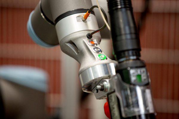 cobot-schweissen-universal-robot-griffstueck